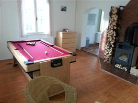 Společenská místnost s billiardem/air hockeyem, krbem a posezením