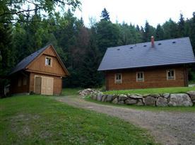 Celkový pohled na objekt (vlevo) a dům majitele