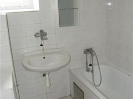 Sociální zařízení s vanou, umyvadlem a pračkou