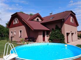 Celkový pohled na dům s bazénem