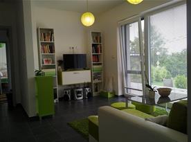 Obývací pokoj propojený s kuchyní a jídelnou