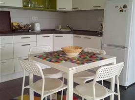Kuchyně s jídelnou propojena s obývacím pokojem