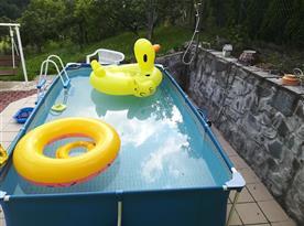Pohled na bazén z letní kuchyně