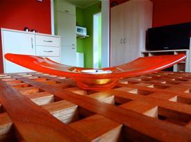 Chata A - obývací pokoj a dál kuchyně