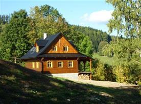 Chata v létě s krásným výhledem na okolí