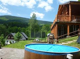 Venkovní bazén s výhledem na okolní kopce