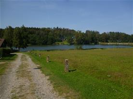 Pohled od chaty na nedaleký rybník.
