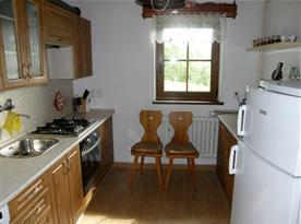 Kuchyně s lednicí, myčkou, varnou konvicí a mikrovlnnou troubou
