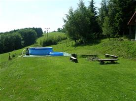Venkovní bazén vyhřívaný slunečními konektory a s pískovou filtrací