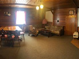 Společenská místnost s posezením a jídelním koutem