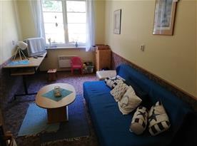 Společenská místnost s dětským koutkem a knihovničkou