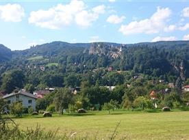 Pohled na zříceninu skalního hradu Vranov a Frýdštejn