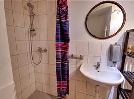 Spodní část-koupelna s toaletou a sprchou