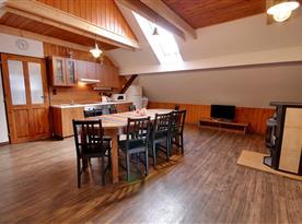 Podkrovní část-společenská místnost s kuchyňský a jídelním koutem