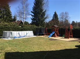 Venkovní bazén a dětské hřiště