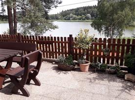 Výhled z terasy na rybník