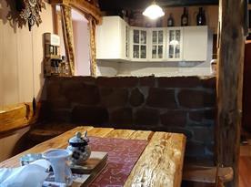 Společenská místnost s kuchyní a jídlenou