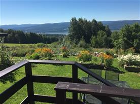 Výhled z chalupy na zahradu a do okolí