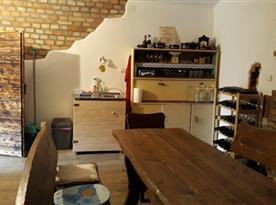 Sklepní místnost s posezením a vínem