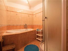 Koupelna s vanou a sprchou