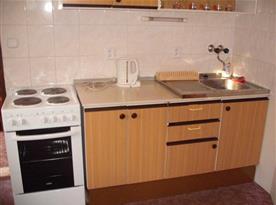 Kuchyně s rychlovarnou konvicí a mikrovlnnou troubou