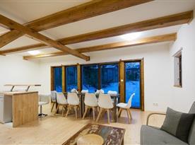 Chalupa pro 10 osob - obývací pokoj s kuchyní