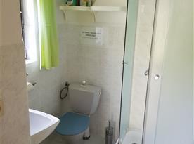 Koupelna se sprchou, umyvadlem a toaletou