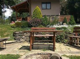 Pohled ze zahrady na objekt a posezení