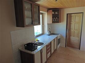 Kuchyň s ledničkou, mikrovlnnou troubou, varnou deskou a troubou