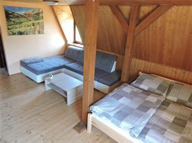 Obývací pokoj s manželskou postelí