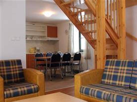 Pohled z obývacího pokoje do kuchyňky s jídelním koutem