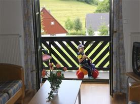 Malá terasa s posezením u vchodu do chaty