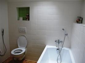 Koupelna s vanou a toaletou v podkroví