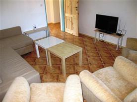 Obývací pokoj s televizí a posezením