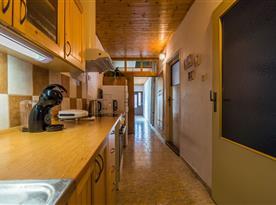 Pohled přes kuchyni do chodby