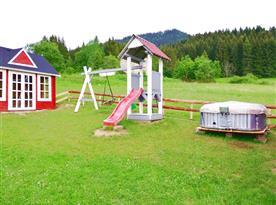 Dětské hřiště a venkovní vířivka