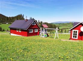 Pohled na objekt a dětské hřiště