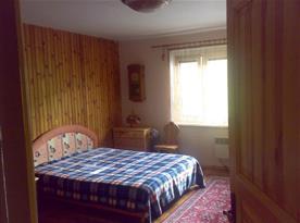 Ložnice A s manželskou postelí, nočními stolky a komodou