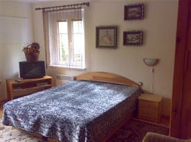Ložnice B s manželskou postelí a televizí