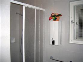 Koupelna s toaletou, sprchovým koutem a umývadlem