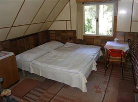 Pokoj v podkroví s manželskou postelí
