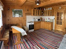 Přízemí - Kuchyně s linkou, sporákem, troubou, mikrovlnou troubou a rychlovarnou konvicí