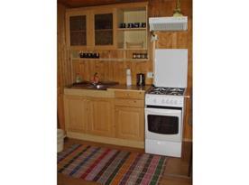 Kuchyně s linkou, sporákem, lednicí a rychlovarnou konvicí