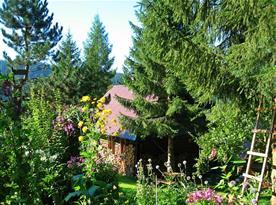"""Dřevěná chalupa je postavena ve starém stylu """"dřevěnice"""""""