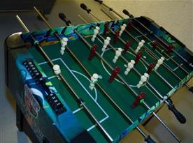 Stolní fotbal v místnosti v suterénu chaty