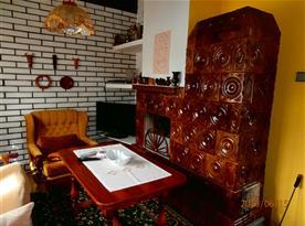Obytná místnost s rohovou sedací soupravou a televizí