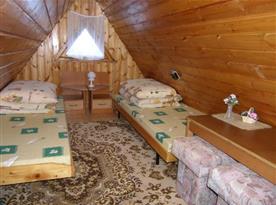 Ložnice D v podkroví s lůžky, nočními stolky a lampičkami
