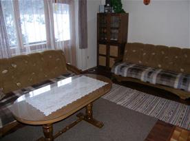 Obytná místnost se sedací soupravou a konferenčním stolkem