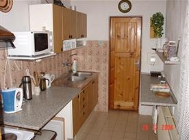 Kuchyně B s linkou, lednicí, sporákem, mikrovlnou troubou a rychlovarnou konvicí