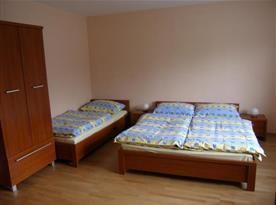 Ložnice v apartmánu B s lůžky a skříní